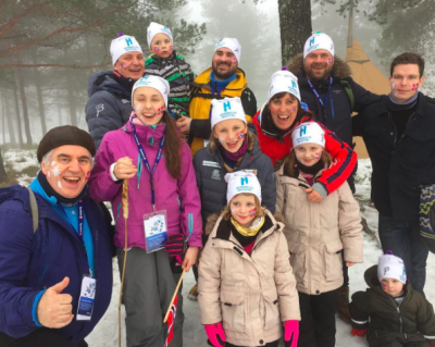 Familien Opdahl i Kollen klare for å heie frem de norske utøverne med flagget på kinnet!